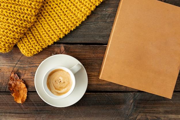 Bovenaanzicht kopje koffie op houten tafel Gratis Foto