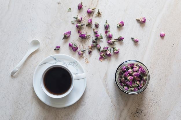 Bovenaanzicht kopje thee met kop flores Gratis Foto