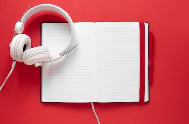 Bovenaanzicht koptelefoon op notebook Premium Foto