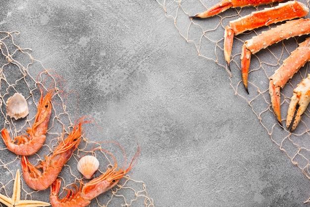 Bovenaanzicht kreeft en garnalen gevangen in visnet Gratis Foto