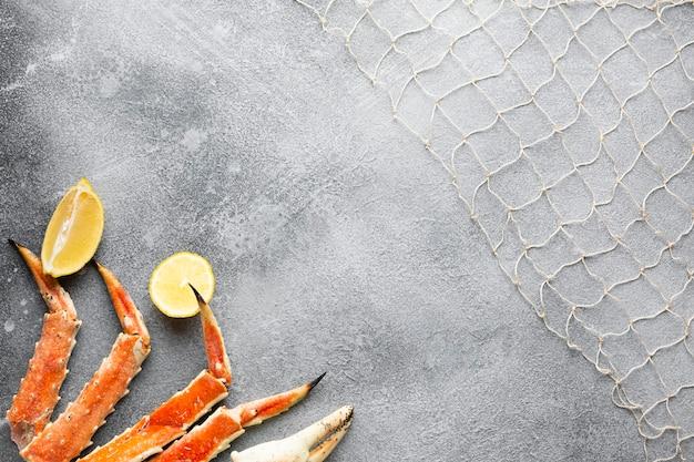 Bovenaanzicht kreeft met citroen en visnet Gratis Foto