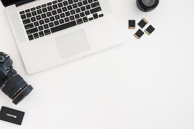 Bovenaanzicht laptop met camera Gratis Foto
