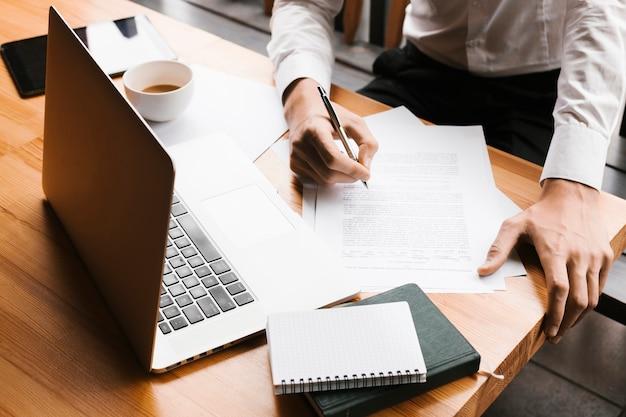 Bovenaanzicht laptop op werkruimte Gratis Foto
