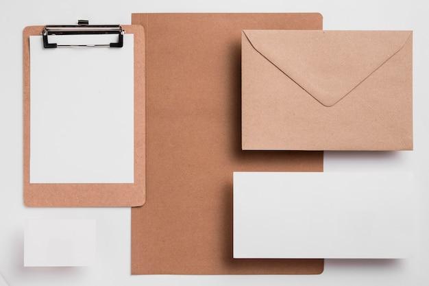 Bovenaanzicht leeg klembord met envelop Premium Foto