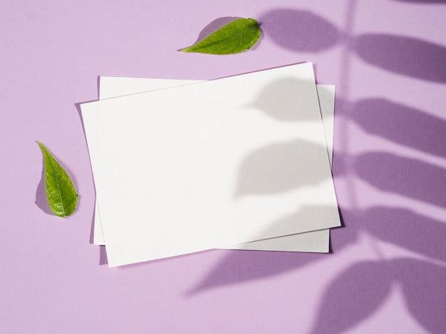 Bovenaanzicht lege papieren met schaduw Gratis Foto