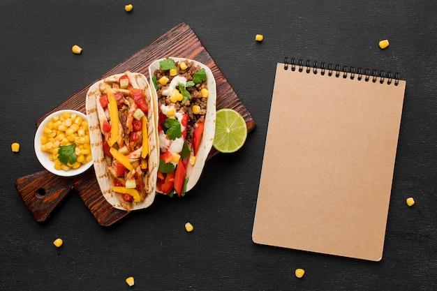Bovenaanzicht lekker mexicaans eten klaar om te worden geserveerd Gratis Foto