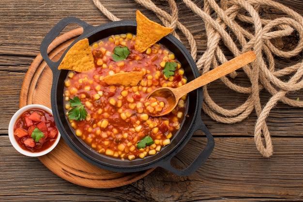 Bovenaanzicht lekker mexicaans eten met nacho's Gratis Foto