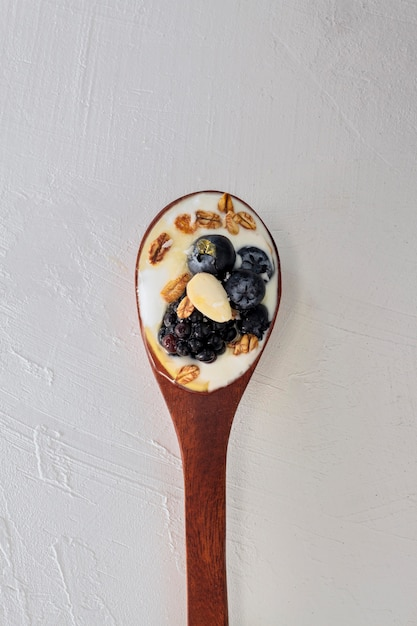 Bovenaanzicht lepel met yoghurt en fruit Gratis Foto