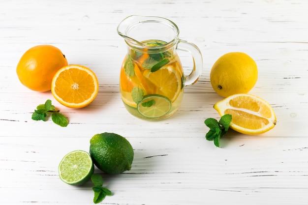 Bovenaanzicht limonade arrangement op tafel Gratis Foto