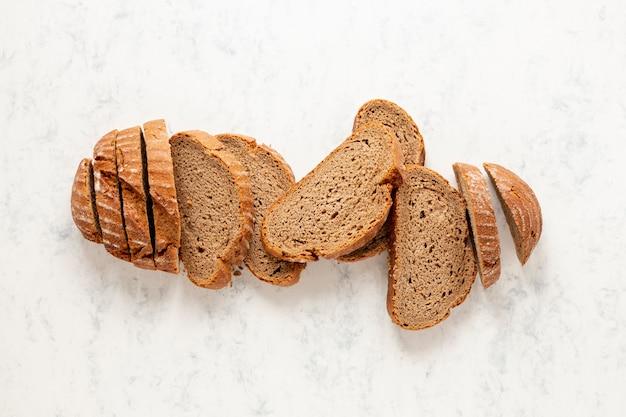 Bovenaanzicht luxe arrangement van sneetjes brood Gratis Foto