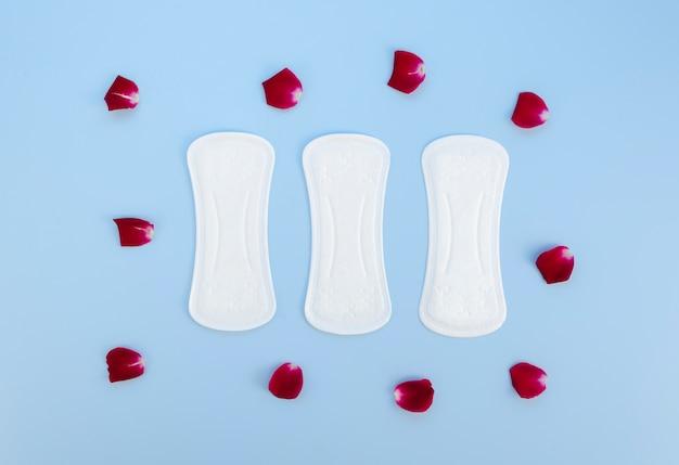 Bovenaanzicht maandverband omgeven door bloemblaadjes Gratis Foto