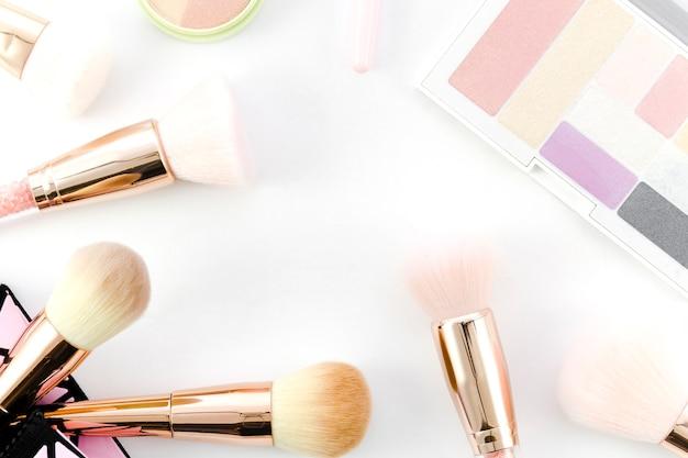 Bovenaanzicht make-up borstels met oogschaduw Gratis Foto