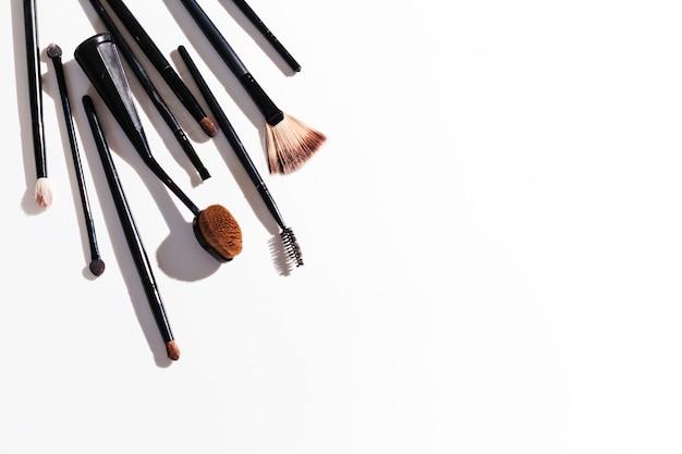 Bovenaanzicht make-up borstels op witte achtergrond Gratis Foto
