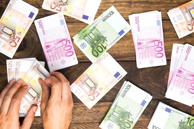 Bovenaanzicht man geld tellen Gratis Foto