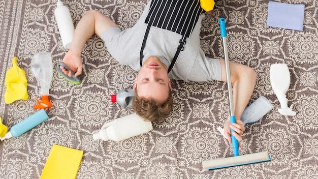 Bovenaanzicht man moe van het schoonmaken Gratis Foto