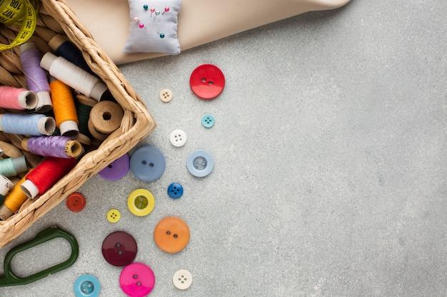 Bovenaanzicht mand met draden voor het naaien en knopen Gratis Foto