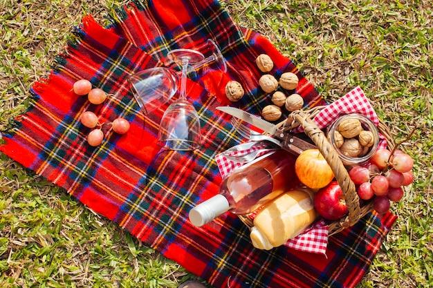 Bovenaanzicht mand vol goodies klaar voor picknick Gratis Foto