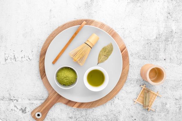 Bovenaanzicht matcha concept op de tafel Gratis Foto