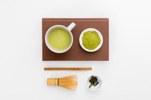 Bovenaanzicht matcha thee concept op de tafel Gratis Foto