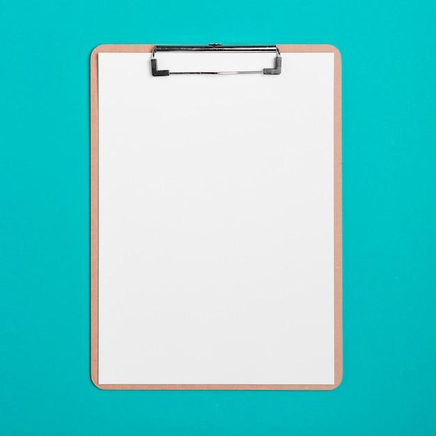 Bovenaanzicht medische klembord met papier Gratis Foto