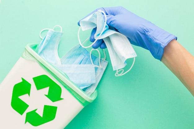 Bovenaanzicht medische wegwerpmaskers en hand met handschoenen Gratis Foto