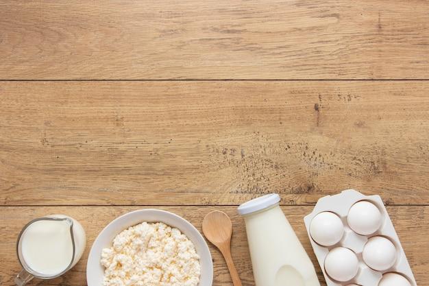 Bovenaanzicht melk en eieren arrangement Gratis Foto
