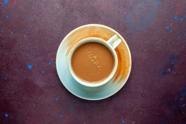 Bovenaanzicht melkkoffie op de donkere aubergine gekleurde achtergrondkleur melkdrank Gratis Foto