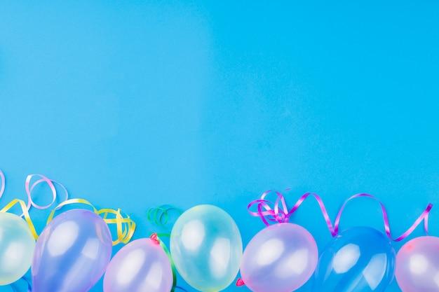 Bovenaanzicht metallic transparante ballonnen Gratis Foto