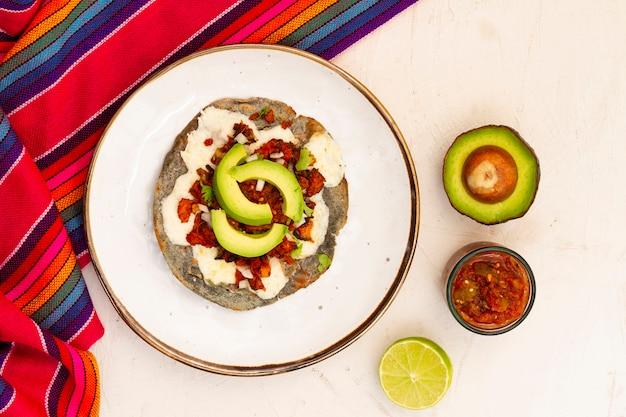 Bovenaanzicht mexicaanse schotel met avocado Gratis Foto
