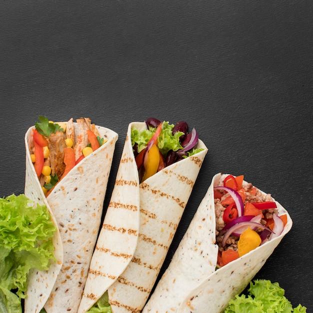 Bovenaanzicht mexicaanse tortilla wraps met kopie ruimte Premium Foto