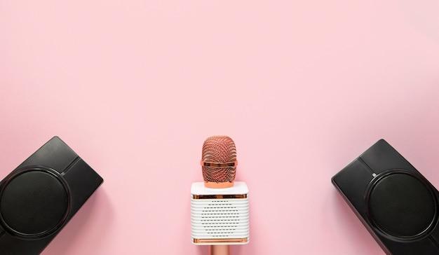 Bovenaanzicht microfoon en luidsprekers Premium Foto