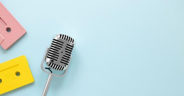 Bovenaanzicht microfoon met kopie-ruimte Gratis Foto