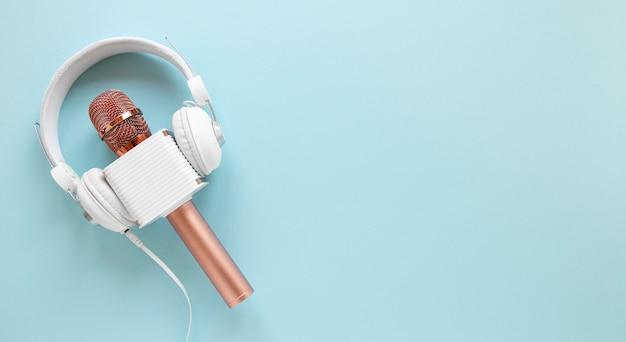 Bovenaanzicht microfoon met koptelefoon Gratis Foto