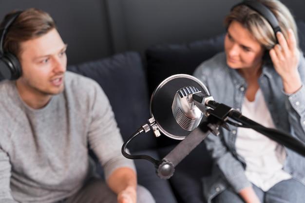 Bovenaanzicht microfoon voor interview Gratis Foto