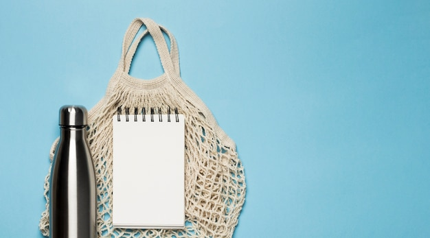 Bovenaanzicht milieuvriendelijke tas met kladblokmodel Gratis Foto