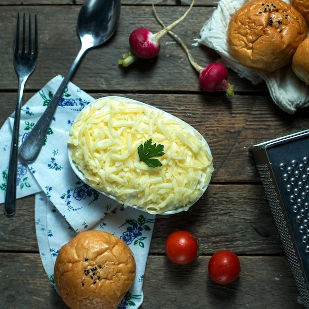 Bovenaanzicht mimosa salade met broodtomaatjes en radijs Gratis Foto