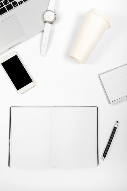 Bovenaanzicht minimalistische compositie op bureau Gratis Foto