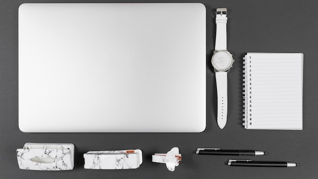 Bovenaanzicht minimalistische opstelling op bureau Gratis Foto