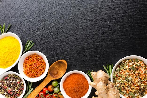 Bovenaanzicht mix van kruiden poeder op tafel Gratis Foto