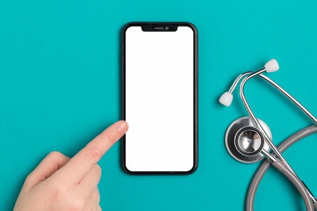 Bovenaanzicht mobiele telefoon met stethoscoop Gratis Foto