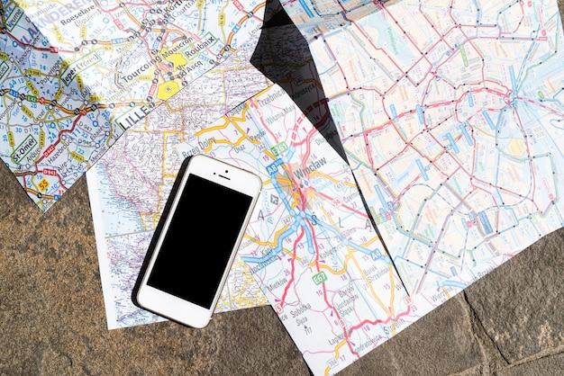 Bovenaanzicht mobiele telefoon op polen kaart Gratis Foto