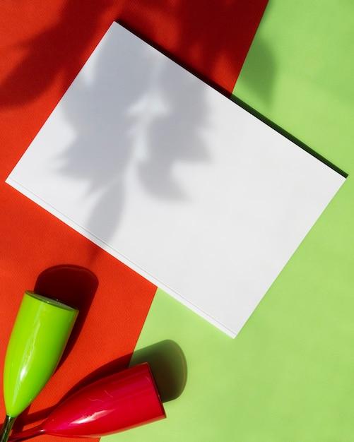 Bovenaanzicht mock-up magazine met kleurrijke achtergrond Gratis Foto