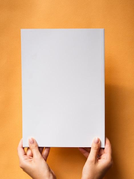 Bovenaanzicht mock-up magazine met oranje achtergrond Gratis Foto