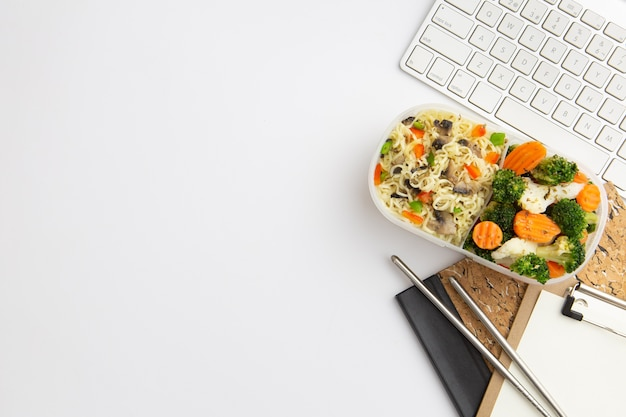 Bovenaanzicht moderne werkplek regeling met voedsel en kopie ruimte Gratis Foto