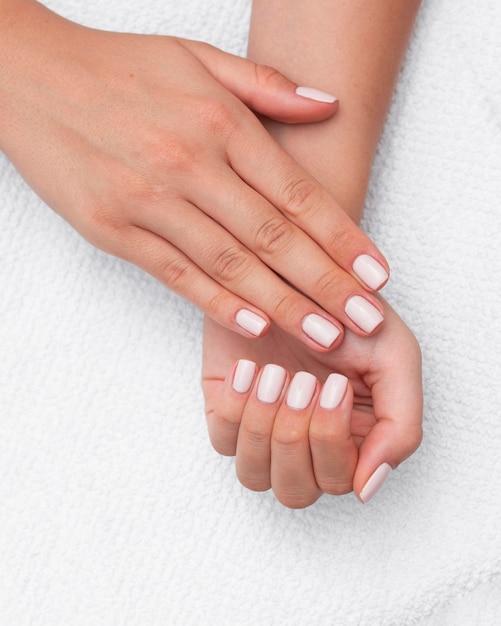 Bovenaanzicht mooie schone manicure Premium Foto