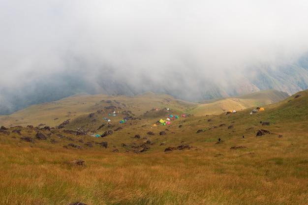 Bovenaanzicht mulayit taung gouden licht van de ochtendzon en de mist bedekt op de berg mulayit, myanmar Premium Foto