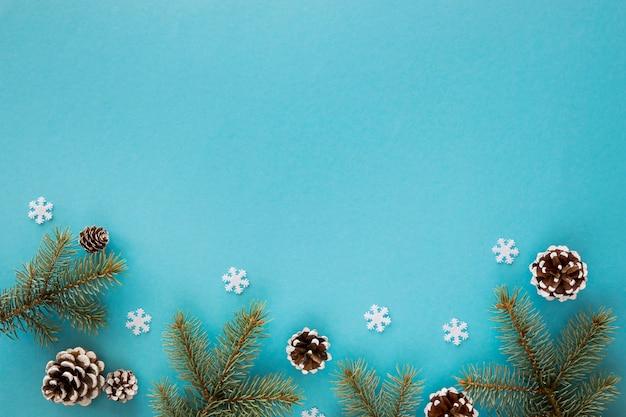 Bovenaanzicht natuurlijke dennennaalden op blauwe achtergrond Gratis Foto