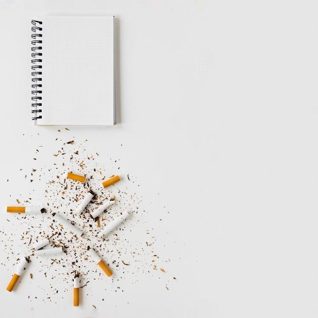 Bovenaanzicht notebook en sigaretten Gratis Foto
