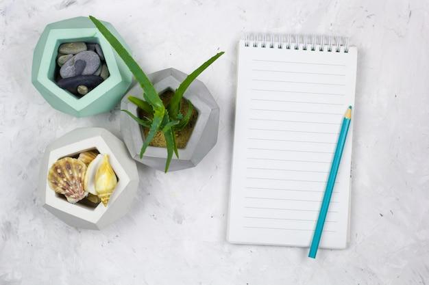 Bovenaanzicht notebook met een leeg vel Premium Foto