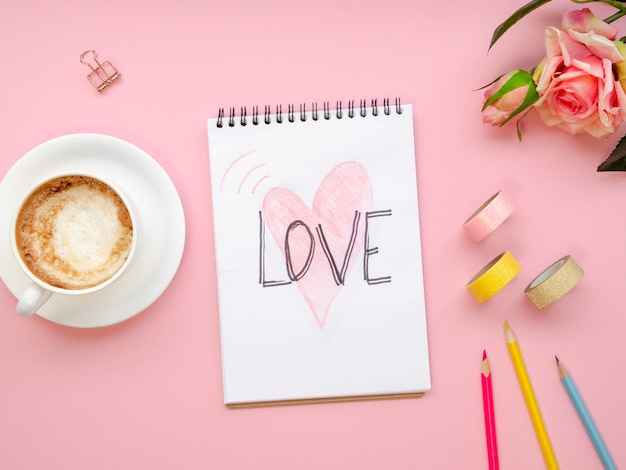 Bovenaanzicht notebook met liefde concept Gratis Foto